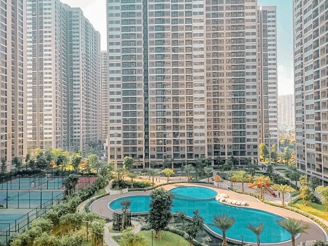 Cư dân cũng được hưởng ưu đãi khi sử dụng bể bơi, sân thể thao tại Vinhomes Smart City.